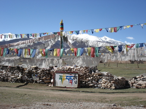 Mani_stones_and_prayer_flags